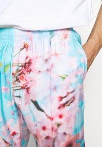 9N1M SENSE - SPECIAL PIECES PANTS UNISEX - Kangashousut - blue/pink - 4