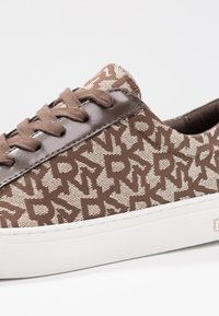 DKNY - COURT - Trainers - chino - 2
