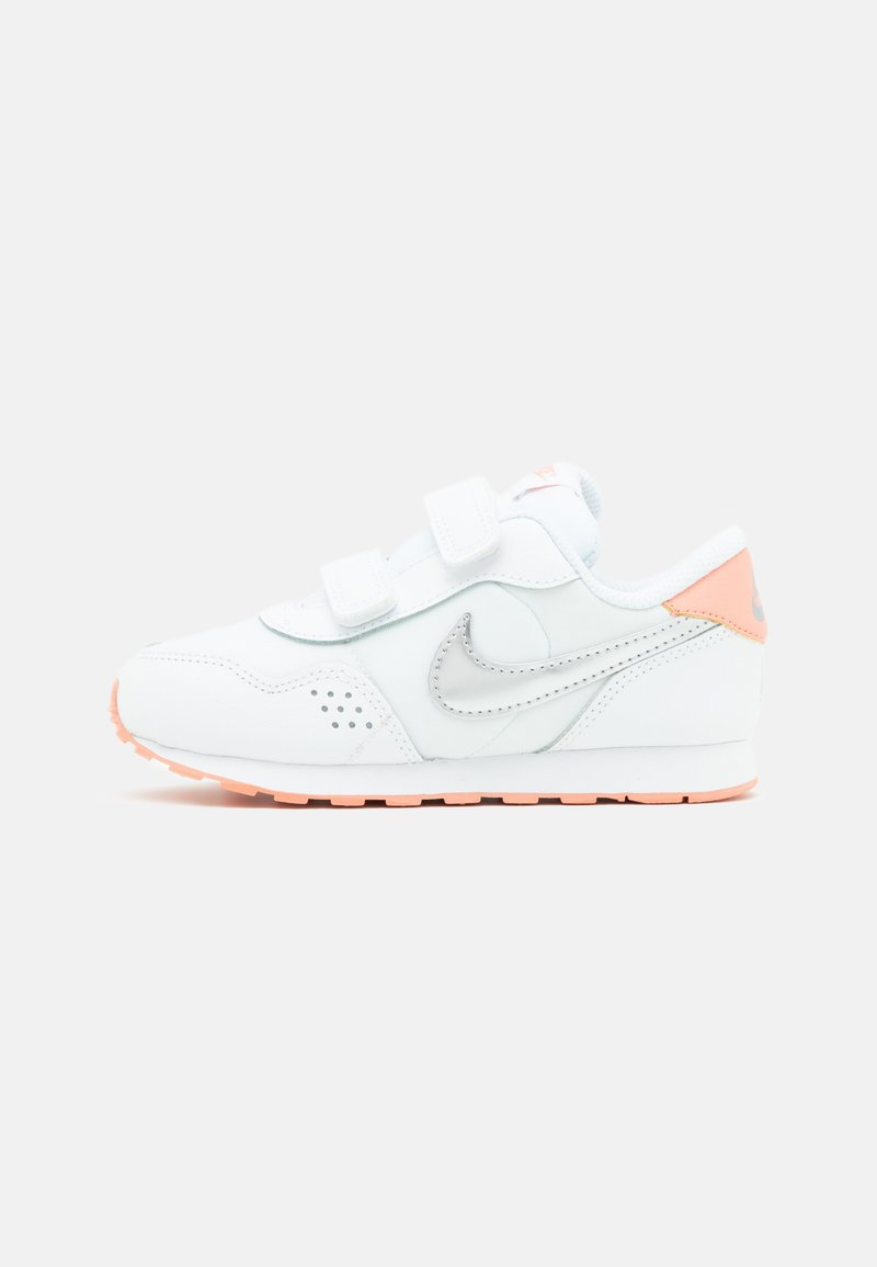 Nike Sportswear - MD VALIANT UNISEX - Sneakers laag - white/metallic silver/crimson bliss