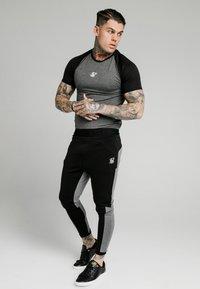 SIKSILK - ENDURANCE GYM TEE - Print T-shirt - black/grey - 1
