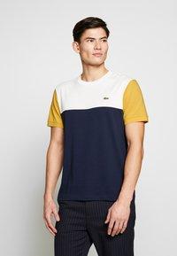 Lacoste - T-shirt imprimé - dark blue - 0