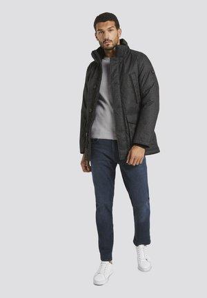 MIT FELLKRAGEN - Winter coat - black minimal design