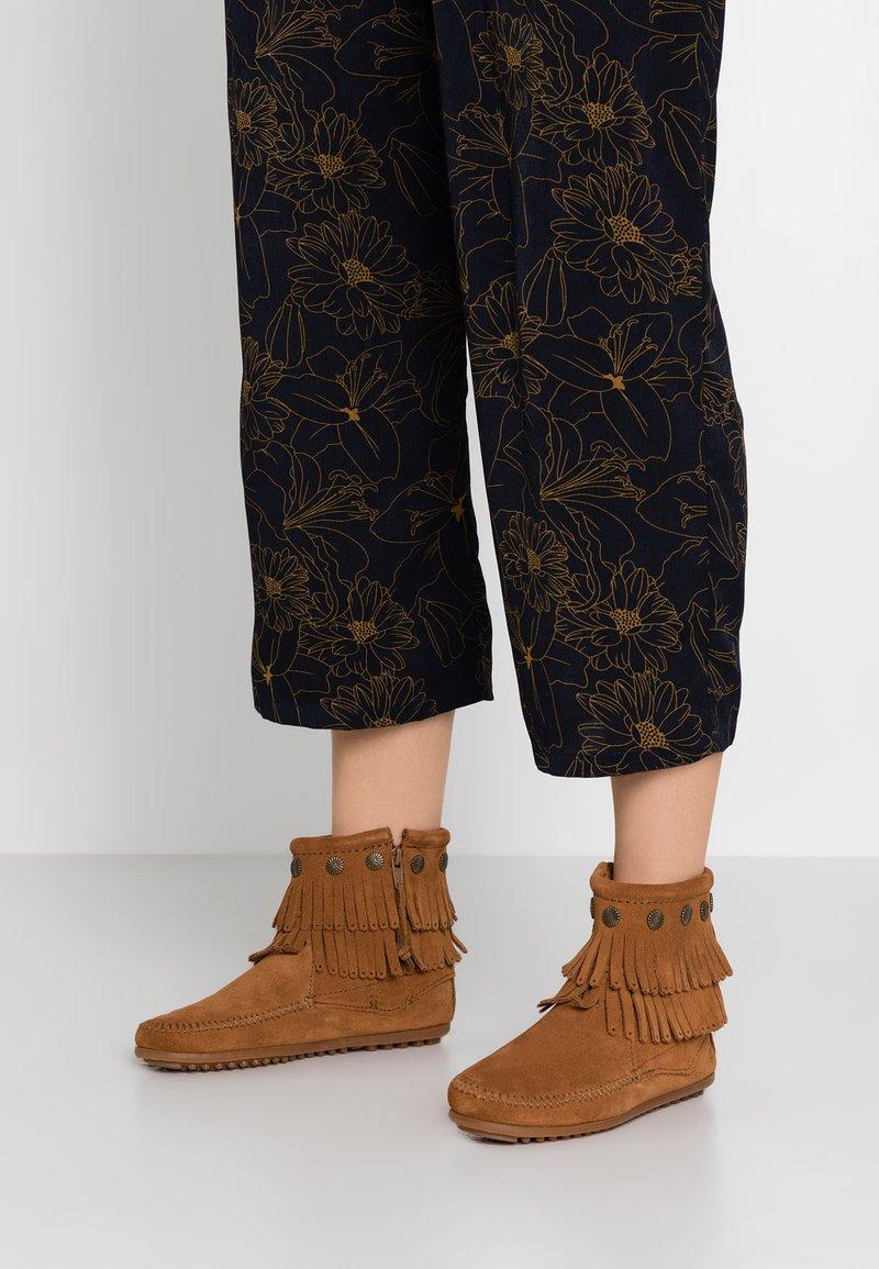 Minnetonka - DOUBLE FRINGE SIDE ZIP - Kotníková obuv - brown