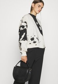 Weekday - AMAZE PRINTED - Sweatshirt - white/black - 3