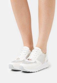 Laura Biagiotti - Sneakers laag - bear white - 0