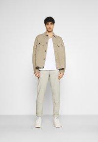 Selected Homme - SLHWYATT O NECK TEE  - T-shirt - bas - bright white - 1