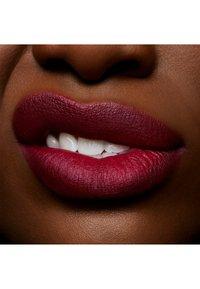 MAC - POWDER KISS LIQUID LIPCOLOUR - Liquid lipstick - burning love - 2