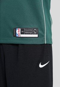 Nike Performance - NBA GIANNIS ANTETOKOUNMPO MILWAUKEE BUCKS SWINGMAN ROAD - Article de supporter - fir/flat opal - 5