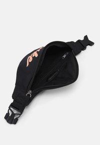 Nike Sportswear - HERITAGE - Vyölaukku - black/bright mango - 2