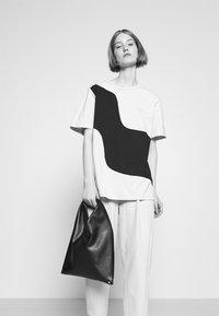 Marimekko - KIOSKI VAHVA TAIFUUNI PLACEMENT - Print T-shirt - light beige/black - 3
