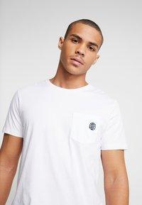 Jack & Jones PREMIUM - JPRCHASE TEE CREW NECK  - T-shirt - bas - white - 3