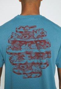 WAWWA - HARMONIA UNISEX - Print T-shirt - sky blue - 5
