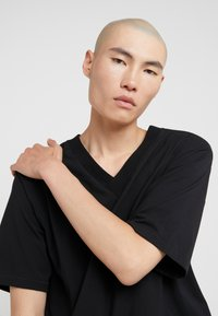 3.1 Phillip Lim - OVERSIZED BOXY VNECK TEE - T-shirt basique - black - 4
