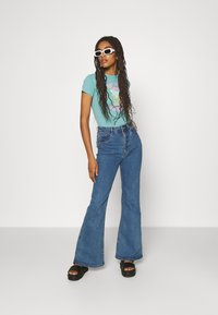 BDG Urban Outfitters - NEW WAVE SUNSHNE BABY TEE - Print T-shirt - turquoise - 1