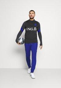 Nike Performance - NIEDERLANDE DRY  - Funktionströja - black/bright blue - 1