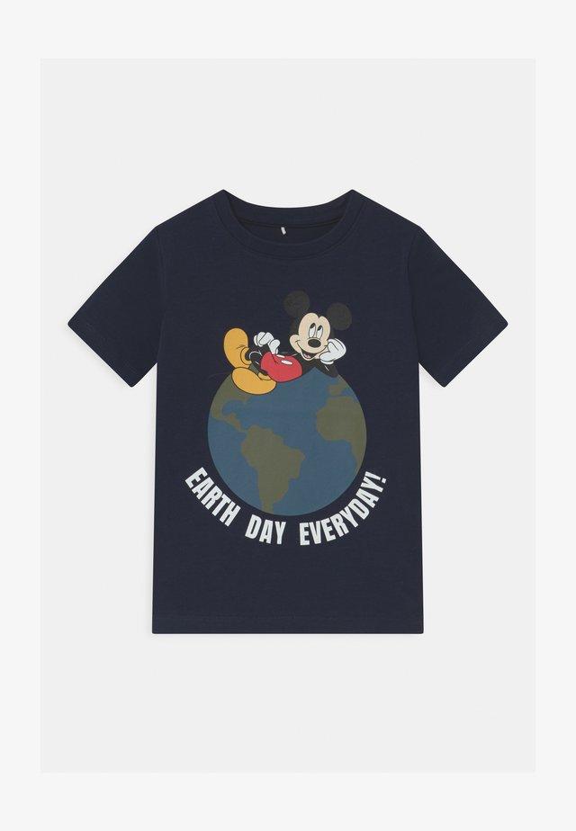 NMMMICKEY NIKS - T-shirt z nadrukiem - dark sapphire