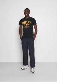 Replay - TEE - T-shirt imprimé - blue - 1