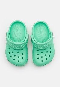 Crocs - CLASSIC UNISEX - Sandali da bagno - pistachio - 3