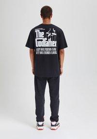 "PULL&BEAR - ""DER PATE"" - T-shirts print - black - 2"