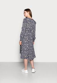 Pieces Maternity - PCMPAOLA - Denní šaty - ombre blue - 2