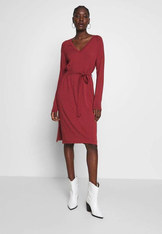 RYAN - Sukienka z dżerseju - russet brown