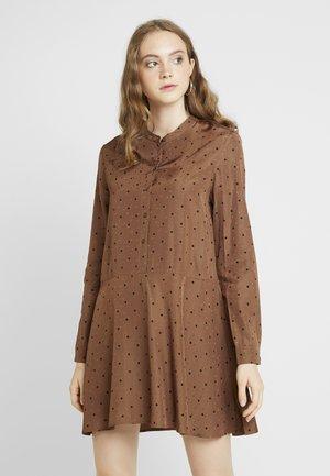 ENBASSWOOD DRESS - Košilové šaty - toffee