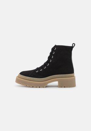 YASCANVASI BOOTS - Kotníkové boty na platformě - black