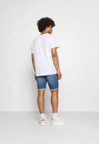 Calvin Klein Jeans - REGULAR - Farkkushortsit - denim medium - 2
