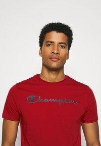 Champion - LEGACY CREWNECK - T-shirt imprimé - dark red - 3