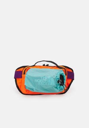 BOZER HIP PACK L UNISEX - Ledvinka - red-orange/transantarctic blue
