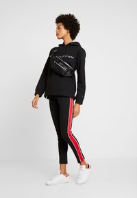 Tommy Hilfiger - HOODIE - Jersey con capucha - black - 1