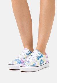 Vans - COMFYCUSH OLD SKOOL - Sneakers - orchid/true white - 0
