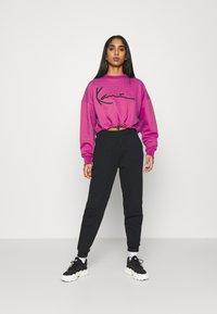 Karl Kani - SIGNATURE CREW - Sweatshirt - dark pink - 1