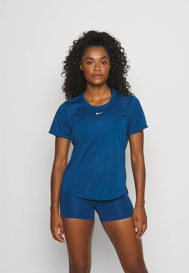 Nike Performance - ONE - T-shirt - bas - court blue/white