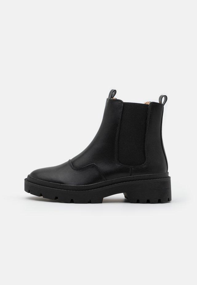 WARM CHELSEA BOOT - Enkellaarsjes met plateauzool - black