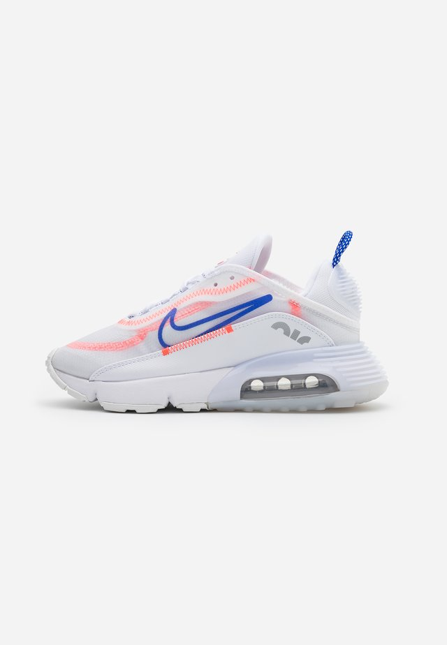 AIR MAX 2090 - Zapatillas - white/racer blue/flash crimson/metallic silver