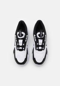 Nike Sportswear - AIR MAX BOLT UNISEX - Sneakers laag - white/black - 3