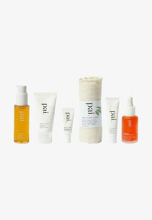 ICONIC EXPLORERS THE NELLIE - Skincare set - -