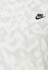 Nike Sportswear - TEE CLUB HOOK - T-shirt med print - summit white - 2