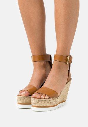 GLYN - Korkeakorkoiset sandaalit - tan