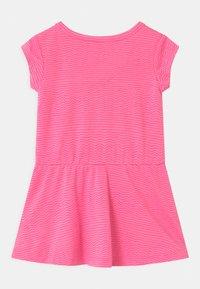 Converse - PRINTED COVER SET - Žerzejové šaty - pink glow - 1