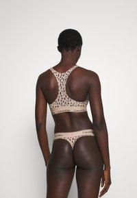 Calvin Klein Underwear - MODERN THONG - Stringit - honey almond - 2