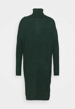 VIRIL ROLLNECK  - Pletené šaty - pine grove melange