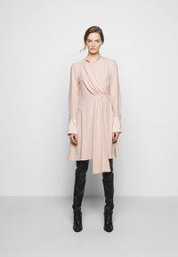 Victoria Victoria Beckham - DRAPED FLUID CADY MINI DRESS - Denní šaty - petal pink - 0