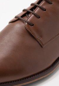 Pier One - Elegantní šněrovací boty - cognac - 5
