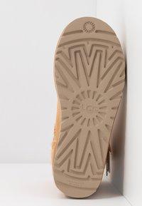UGG - MINI BAILEY STAR - Boots à talons - bronzer - 6