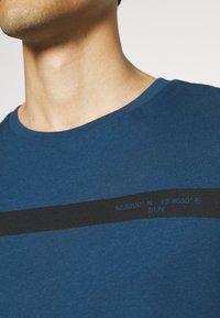 Pier One - T-shirt med print - blue - 6
