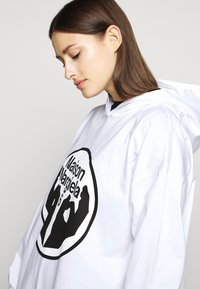 MM6 Maison Margiela - LOGO HOODIE DRESS - Žerzejové šaty - white - 4