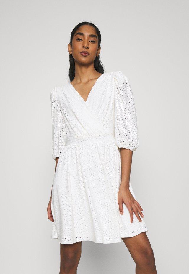 VIFLORENCE DRESS - Sukienka z dżerseju - cloud dancer