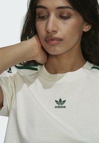 adidas Originals - TENNIS LUXE CROPPED ORIGINALS CROP - Print T-shirt - white - 4